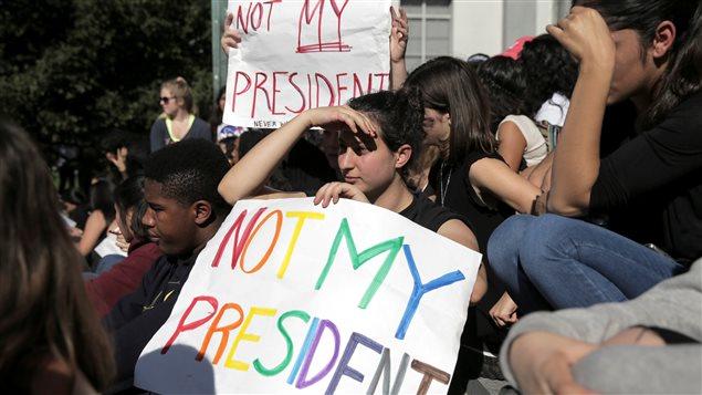 1500 élèves du secondaire de la ville de Berkeley en Californie ont exprimé leur mécontentement mercredi 9 novembre après les résultats de l'élection présidentielle.