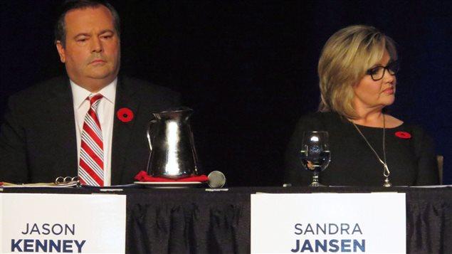 La députée progressiste-conservatrice Sandra Jansen dit avoir été intimidée par des sympathisants de Jason Kenney (à gauche).