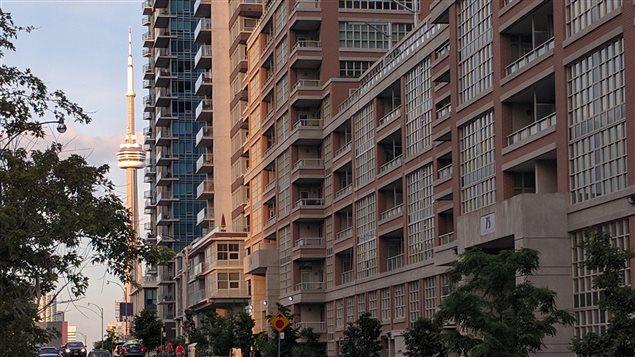 Un immeuble du quartier Liberty Village avec la Tour CN en arrière-plan.
