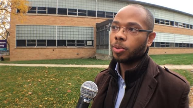 Chase Cantrell, en entrevue devant un édifice.