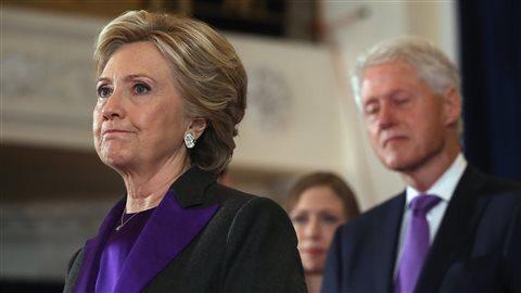 Hillary Clinton en compagnie de son mari, l'ex-président Bill Clinton, et de sa fille, Chelsea, le 10 novembre 2016.