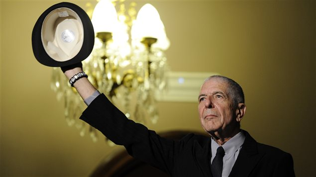 Leonard Cohen salue la foule lors d'une cérémonie en son honneur à Gijon, en Espagne, en 2011.