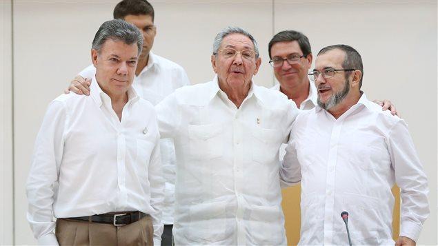 El presidente de Colombia, Juan Manuel Santos; el presidente de Cuba, Raúl Castro y el jefe de las FARC, Rodrigo Londoño, alias Timochenko, después de la firma del primer acuerdo de paz el 24 de septiembre de 2016.