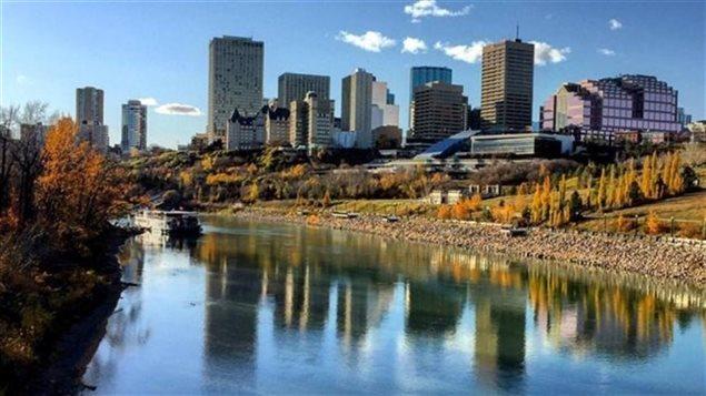 Le centre-ville d'Edmonton sur la rive nord d'une rivière