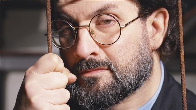 L'auteur Salman Rushdie, à Londres en 1993