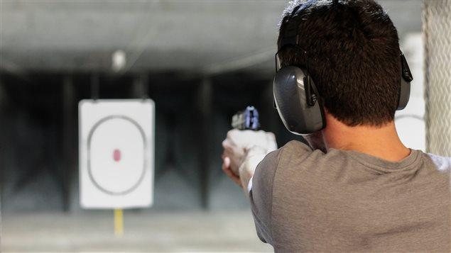 Un homme tire sur une cible.