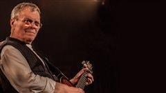 Le musicien Bob Walsh lors d'un spectacle.