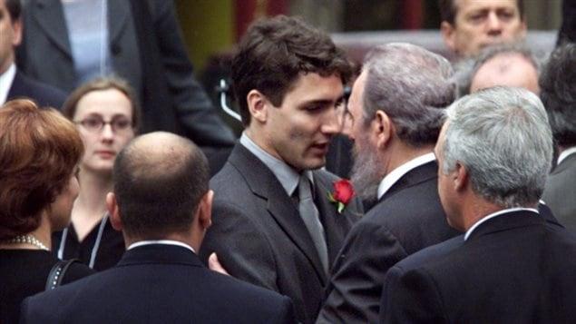 En septembre 2000, Justin Trudeau s'adresse au président cubain Fidel Castro, à l'extérieur de la basilique Notre-Dame de Montréal, au début des funérailles d'État de son père, l'ancien premier ministre Pierre Elliott Trudeau. (Fred Chartrand / Presse canadienne)