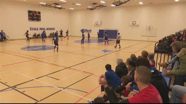 Partie de soccer intérieur jouer dans un gymnase de l'école secondaire Paul-Hubert de Rimouski