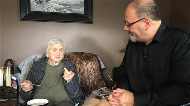 Esther Savoie peut rester à la maison grâce à l'aide de son fils, Gilmond.