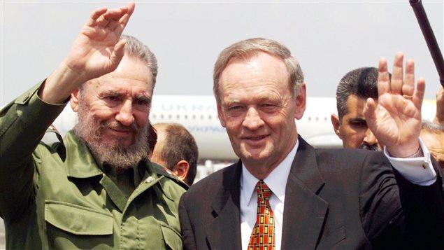رئيس الحكومة الكندية الأسبق جان كريتيان (إلى اليمين) والزعيم الكوبي فيديل كاسترو على مدرج مطار خوسيه مارتي الدولي في هافانا في 28 نيسان (أبريل) 1998 قبيْل مغادرة كريتيان كوبا مختتماً زيارة دامت ثلاثة أيام