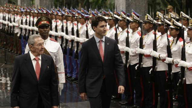 Raul Castro et Justin Trudeau à La Havane   PHOTO : ENRIQUE DE LA OSA/AP