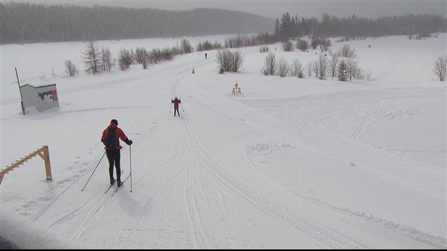 Skieurs quittant le chalet du Club Mouski de Rimouski