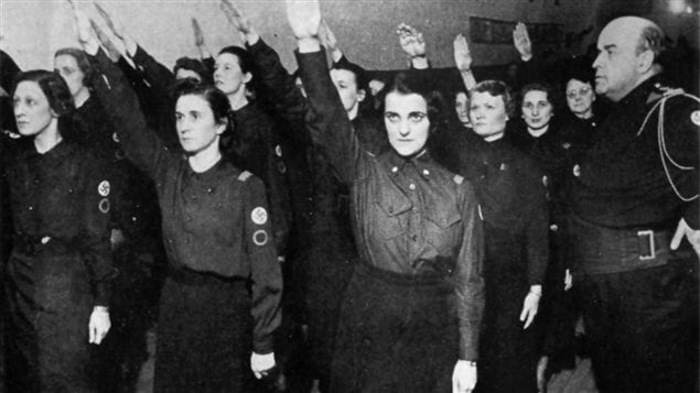 Le major Scott entraîne les jeunes femmes du Parti national social chrétien à Montréal.