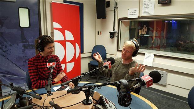 L'humoriste Simon Leblanc en entrevue en compagnie de la journaliste Julie Larouche.
