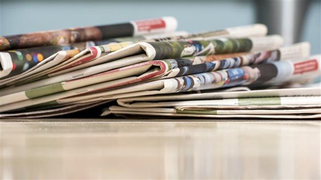 Des journaux sur une table