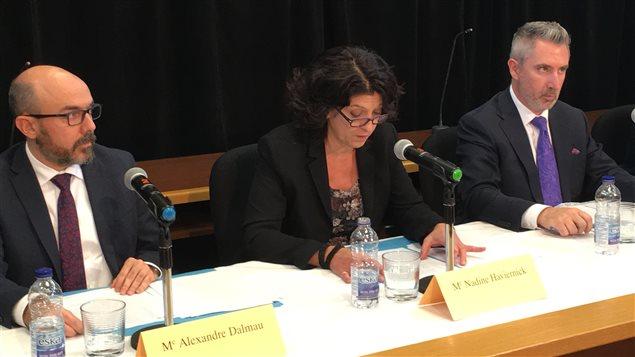 Les représentants du Directeur des poursuites criminelles et pénales (DPCP) en conférence de presse à Val-d'Or : Alexandre Dalmau, Nadine Haviernick et Sylvain Petitclerc
