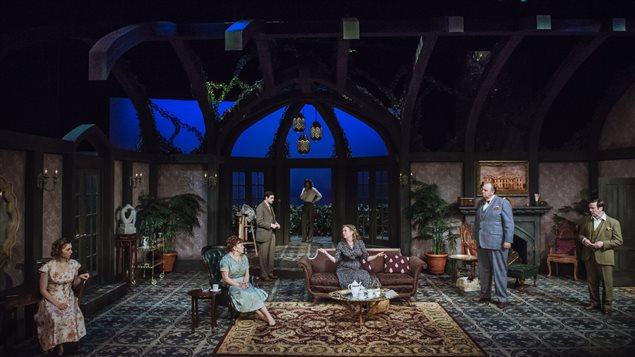 Des acteurs dans un décor de maison luxueuse et sombre