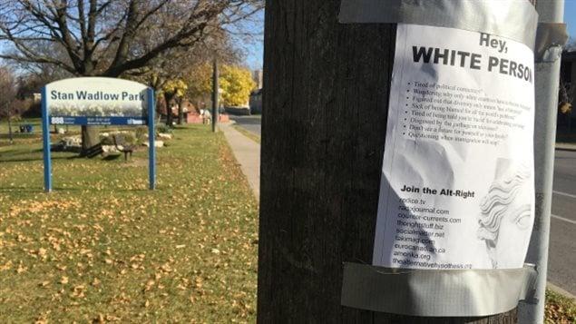 Affiche faisant la promotion du mouvement « alt - right » sur un poteau près d'un parc à Toronto