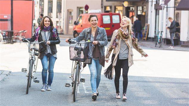 Trois femmes marchent à Copenhague, au Danemark.