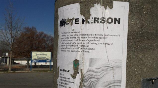 Affiche faisant la promotion du mouvement « alt - right » quelque peu détaché du poteau où il se trouvait près d'un parc à Toronto