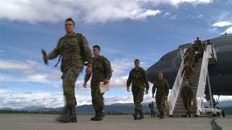 Des soldats canadiens, pour la plupart membres du Royal 22e Régiment, ou *VanDoos* en anglais, atterrissent à Whitehorse pour participer à l'exercice militaire Opération Nanook, le 4 août 2013.Crédit photo : Dave Croft
