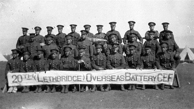 Un groupe de soldats sur trois rangées avec une bannière devant eux