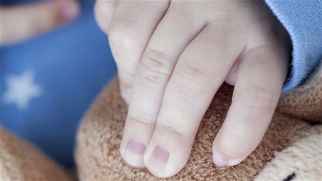 Une main d'enfant