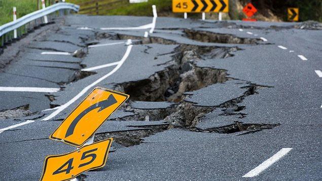 Dommages causés par un séisme sur une route en Nouvelle Zelande le 16 novembre 2016.