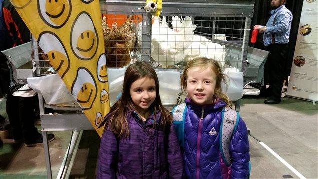 Kaya Homeniuk et Tayla Perry en visite à la foire agricole de Regina