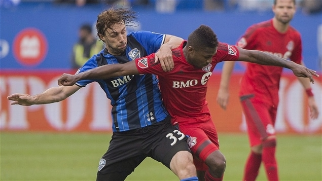 Marco Donadel de l'Impact de Montréal (à gauche) et Armando Cooper du Toronto FC (à droite)