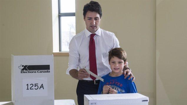 Justin Trudeau acompañado por su hijo Xavier en una puesto de votación.