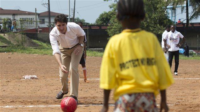 رئيس الحكومة الكندية جوستان ترودو يلعب الكيكبول مع طلاب مدرسة عامة في مونروفيا اليوم