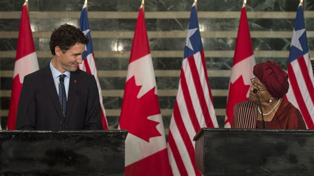 رئيسة ليبيريا إلين جونسون سيرليف في مؤتمر صحافي مشترك مع ضيفها رئيس الحكومة الكندية جوستان ترودو اليوم في مبنى وزارة الخارجية الليبيرية في مونروفيا.