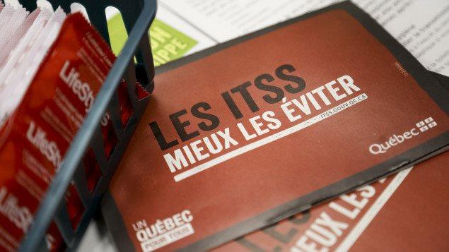 Dépliants de prévention sur les ITSS et des condoms.