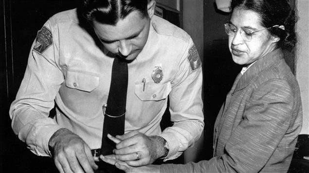 Rosa Parks, militante des droits civiques des Noirs américains, au poste de police de Montgomery, en 1956, deux mois après avoir été emprisonnée pour avoir refusé de céder son siège à bord d'un autobus municipal.
