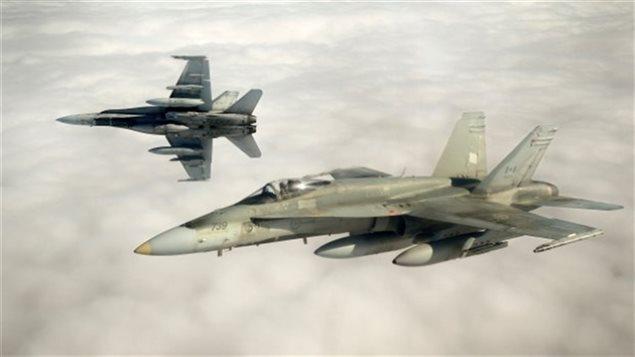 Deux avions de chasse CF-18 en vol.