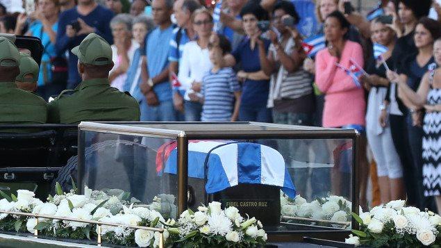 Las cenizas de Fidel Castro en camino hacia Santiago de Cuba.