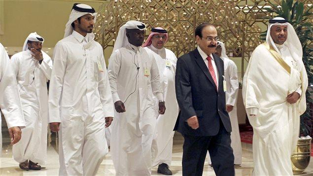 Le ministre bahreïnien de l'Énergie, Abdul Hussain bin Ali Mirza se dirige à la réunion des pays producteurs de pétrole en compagnie de dignitaires