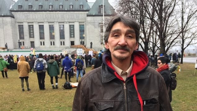 Jerry Natanine ha estado llevando adelante una campaña en defensa del derecho de los inuit de Clyde River a ser debidamente consultados y que su consentimiento o no sea respetado por las empresas petroleras.
