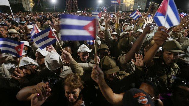 El pueblo cubano asistió anoche a la ceremonia en homenaje a Fidel Castro en la Plaza de la Revolución en La Habana.