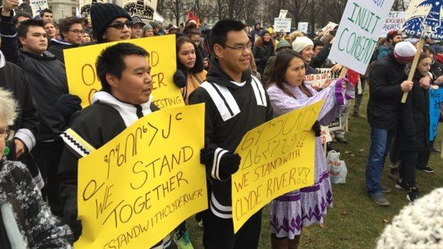 Manifestación ante la Corte Suprema en Ottawa en apoyo a los inuit de Clyde River y la Primera Nación Chippewas del Támes que defienden sus territorios frente a las petroleras.