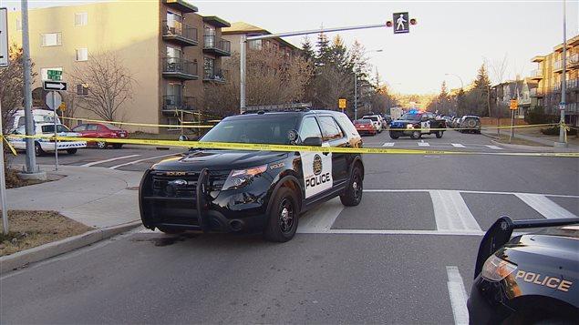 Une voiture de la police de Calgary derrière un ruban jaune