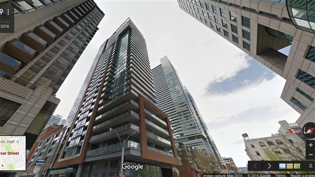 Ennek az épületnek a tetején akrobatikázott az orosz