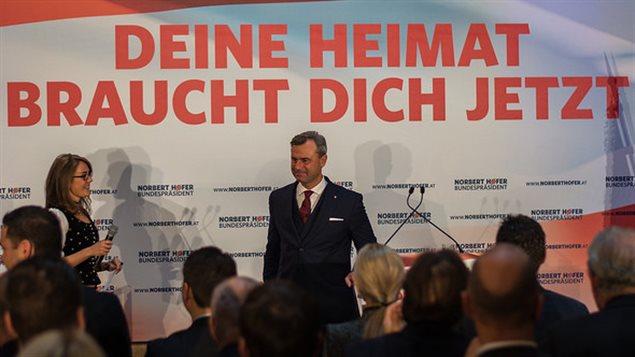 Norbert Hofer, candidat du Parti de la liberté d'Autriche. Au-dessus de lui, le slogan « Ta patrie a besoin de toi, maintenant ! »