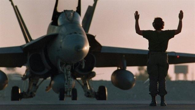 Un CF-18 canadien obtient le feu vert pour le décollage au crépuscule à la base militaire de Dohar, au Qatar, le 3 décembre 1990, peu de temps avant le début de la guerre du Golfe persique en 1991. Le plan du gouvernement libéral permettra à une grande partie de la flotte de voler dans les années 2020, peut-être aussi tard que 2032. (Paul Chiasson / Canadian Press)