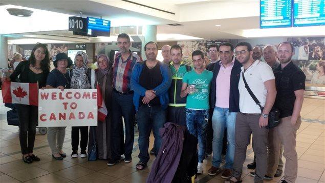 La Islamic Family and Social Services Association accueille des réfugiés syriens à l'aéroport d'Edmonton en juin 2015.