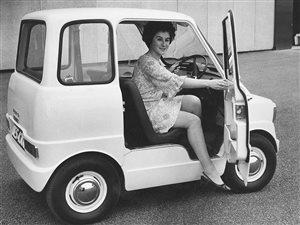 Un Ford Comuta, el prototipo de un auto eléctrico presentado en 1967 por el centro de investigación e ingeniería en Dunton, Gran Bretaña.