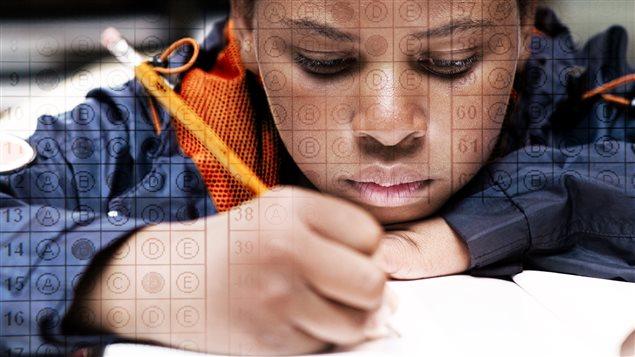 Un garçon écrit un examen.