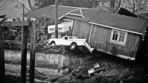 Cette photographie, prise à Port Alberni, en Colombie-Britannique, le 28 mars 1964, montre les séquelles du tremblement de terre et du tsunami en Alaska.